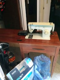 Singer sewing machine and cabinet Merced, 95341