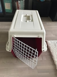 white & red pet carrier / dog kennel