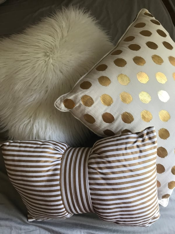 3 Decorative gold white pillows 7efb587f-022c-4056-9890-06f0229552f9