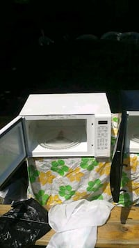 CLEAN ALMOST NEW MICROWAVE MAKE OFFER  Newark, 07112