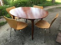Mid century modern dining table and chairs - no leaves - good condition ! Toronto, M2J 2Z6