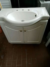 white ceramic sink with faucet Toronto, M1H 2V2