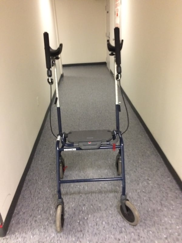 Walker with arm support for people who have trouble gripping 7825ecef-a706-4b14-9c67-eb30cb8c7429