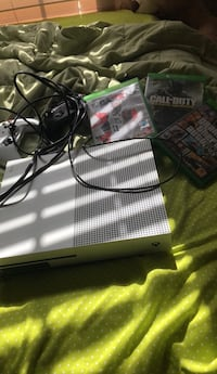 White xbox one console with 2 controllers & 3 games Slidell, 70460