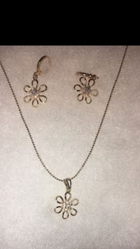 Silver-colored flower pendant necklace Los Angeles, 91343
