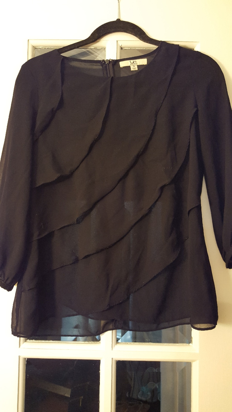 Black ruffled blouse. Size S - Ontario