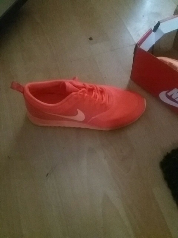 8e73d9cb0c17 Used unpaired red Nike low-top sneaker for sale in West Bromwich - letgo