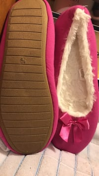 $7!!!! NEW... no tags...9/10 Sherpa pink slippers  660 mi
