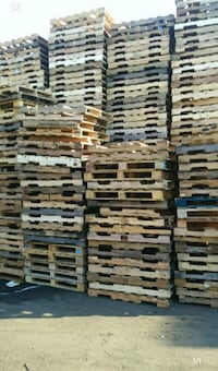We collect wood pallets warehouse or  lot pallets can call or texting