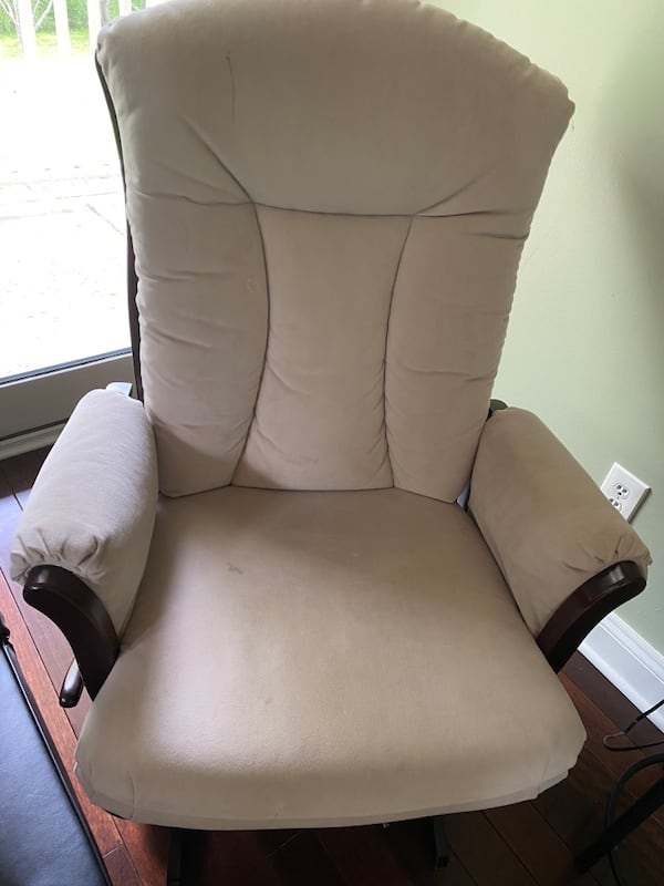 Dutailier Beige and Wood Recliner/Glider with Ottoman. Quality Built. 850aac1c-2d7b-4c54-86c0-bb43ccd7e68e