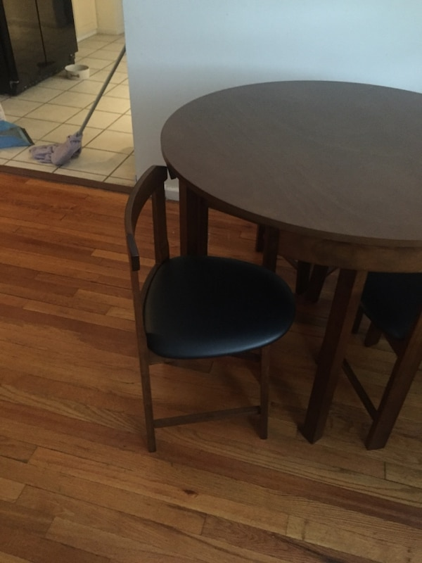 Round brown wooden side table in excellent condition 877ac9de-d294-44f1-9565-077be219c8a9