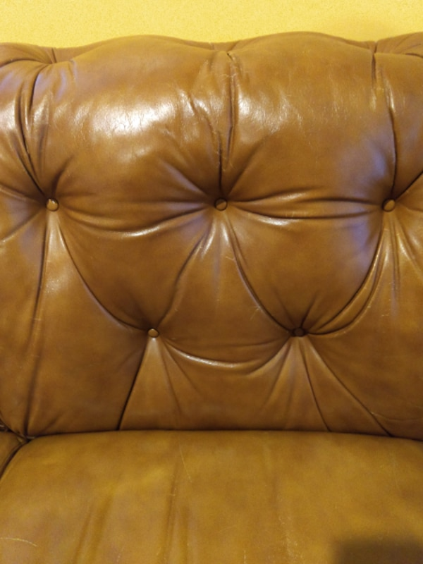 Antique Classic Leather Inc. Couch a9327ba8-0360-498b-84d1-8990d7a89649