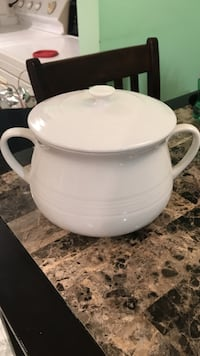 white ceramic pot with lid Longueuil, J3Y 6L3