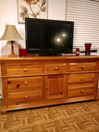 Nice wooden big dresser with many drawers in great Annandale, 22003