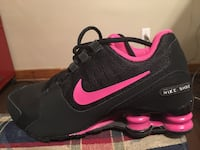 Unpaired black and pink nike running shoe Belpre, 45714