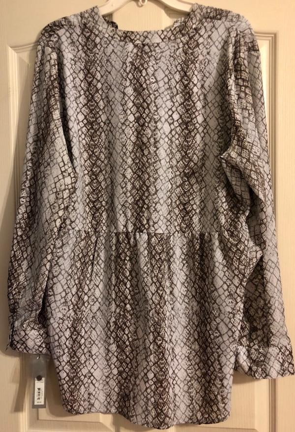 Women's Blouse brand new with tags 259bf761-7fe8-4149-966d-599f7fcd7d06