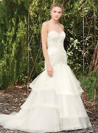 Women's white sweetheart bridal gown