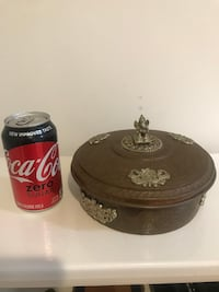 Box metal round two tone with plastic bowls inside