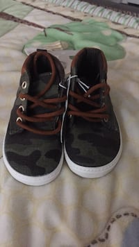 New old navy  boys shoes size 5