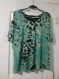 teal and white scoop-neck shirt