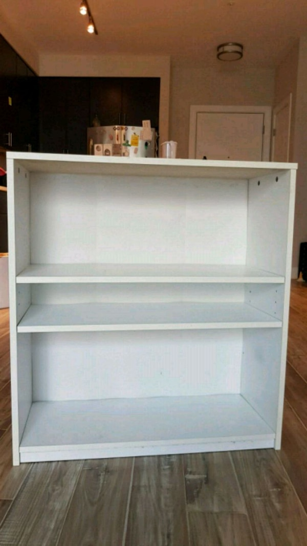 Small bookshelf 9812308b-e1ef-4fb8-80a4-482048ac1033