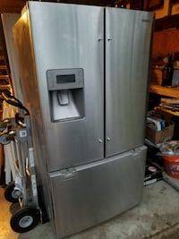 BEAUTIFUL LIKE NEW SAMSUNG STAINLESS STEEL REFRIGERATOR IN EXCELLENT WORKING CONDITIONS . Dallas, 75216