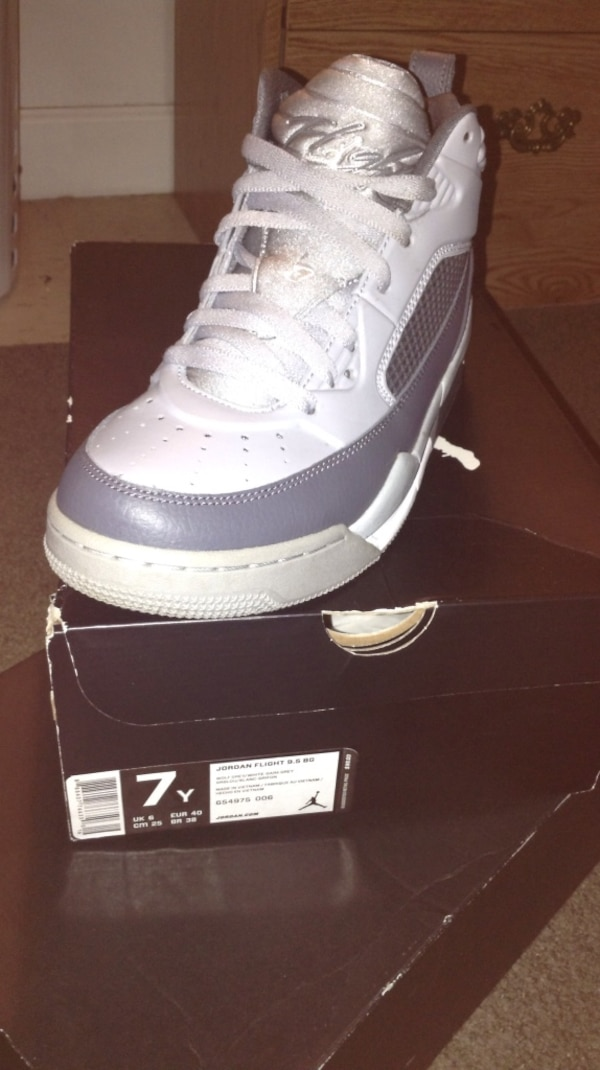 detailed look e42b1 7f629 Used Unpaired white and grey air jordan flight size 7 y and ...