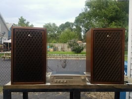 set of two Sansui  speakers