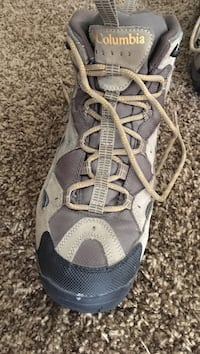 One pair of brown and black columbia shoe Higginson, 72143