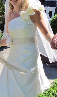 Ivory, size 4 wedding gown with ruffled shoulder. Comes with champagne sash and crinoline . Langley, V1M 2R6