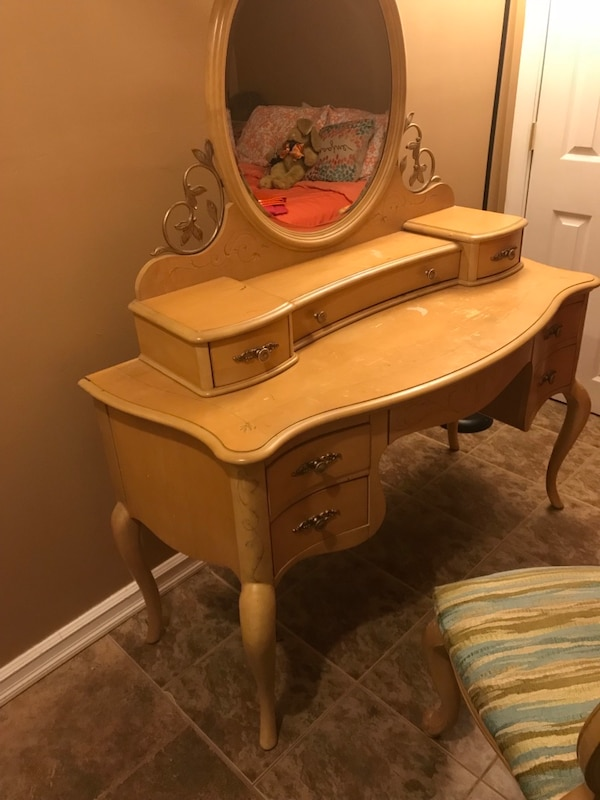 Used Brown Wooden Vanity Table With Mirror For Sale In Teaneck Letgo