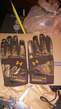 black and gray leather gloves Rialto, 92376