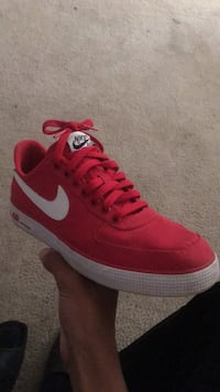 unpaired white and red Nike low-top sneaker Hickory, 28601