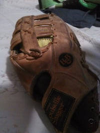 Adult Louisville slugger glove and slow pitch ball Kelowna, V1Y 5B1