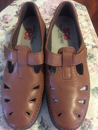 pair of brown leather flats 2380 mi