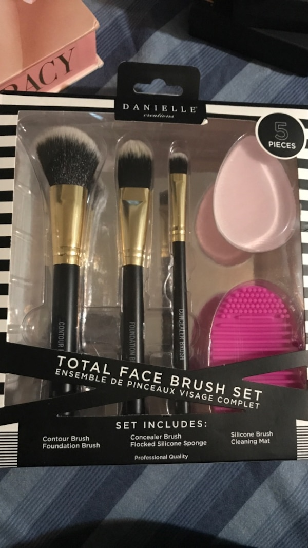 db78f948f3b Two black and pink makeup brush set