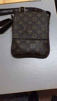 svart Louis Vuitton Monogram Canvas sling väska