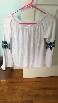 (New with tags) off the shoulder shirt Size Medium North Bellmore, 11710