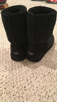 Pair of black mid UGG sheepskin boots Women's size 6 Sykesville, 21784