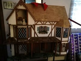 Dollhouse furnished comes with small stand