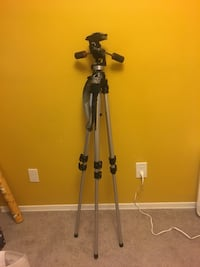 Heavy duty tripod (extends over 5 feet!) Burlington, L7T 4H3