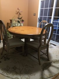 Raymour and Flanigan 5-pc kitchen table and chairs West Chester, 19380