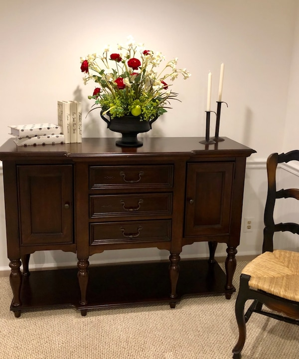 Sideboard / Buffet / Console 3481cffe-bbed-4332-84d3-8c81574240c5