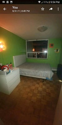 White head board with metal bed frame. Queen size 549 km
