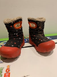 Boogs winter shoes size 6