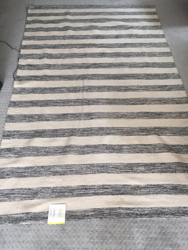 NEW WITH TAGS!! Large Area Rug be9dd7d3-8f07-4c8e-8190-aaab30800e0c