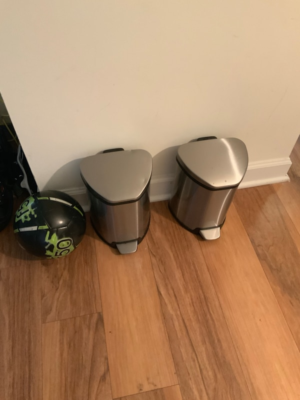 Pair of stainless steel trash cans. 2a2d6a20-3d71-48bf-984f-67ba67fe1079