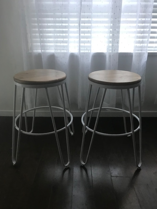 Round white and brown wooden stools 89bf7181-b130-40c4-8ee9-a2786cbe83b2
