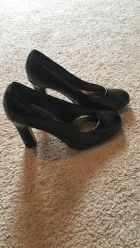 Pair of black leather platform heels West Farmington, 44491