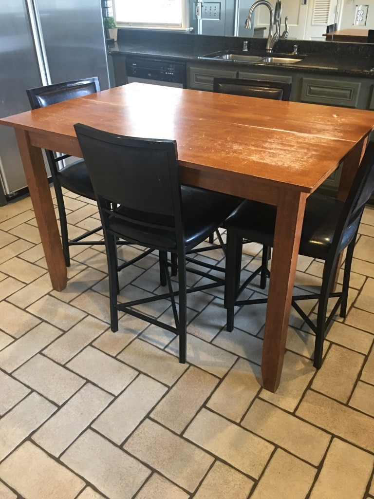 Photo Counter height kitchen table with 6 chairs